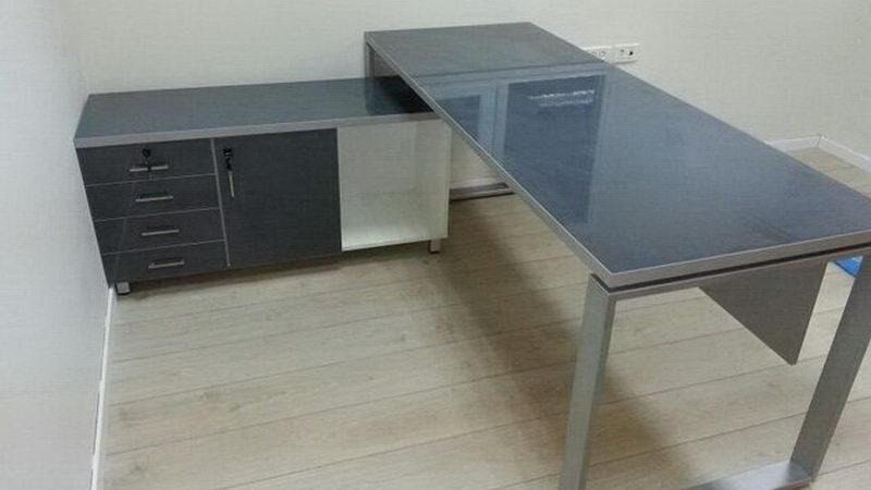 שולחן עבודה זכוכית